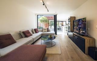 De patio creeërt een natuurlijke scheidng tussen de verschillende leefruimtes.