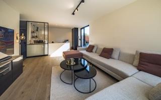 Het bureau maakt deel uit van de leefruimte, maar is afsluitbaar met een glazen schuifdeur.