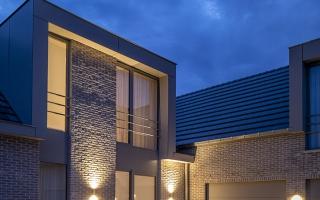 De dakkapelen zijn afgewerkt met plaatmateriaal