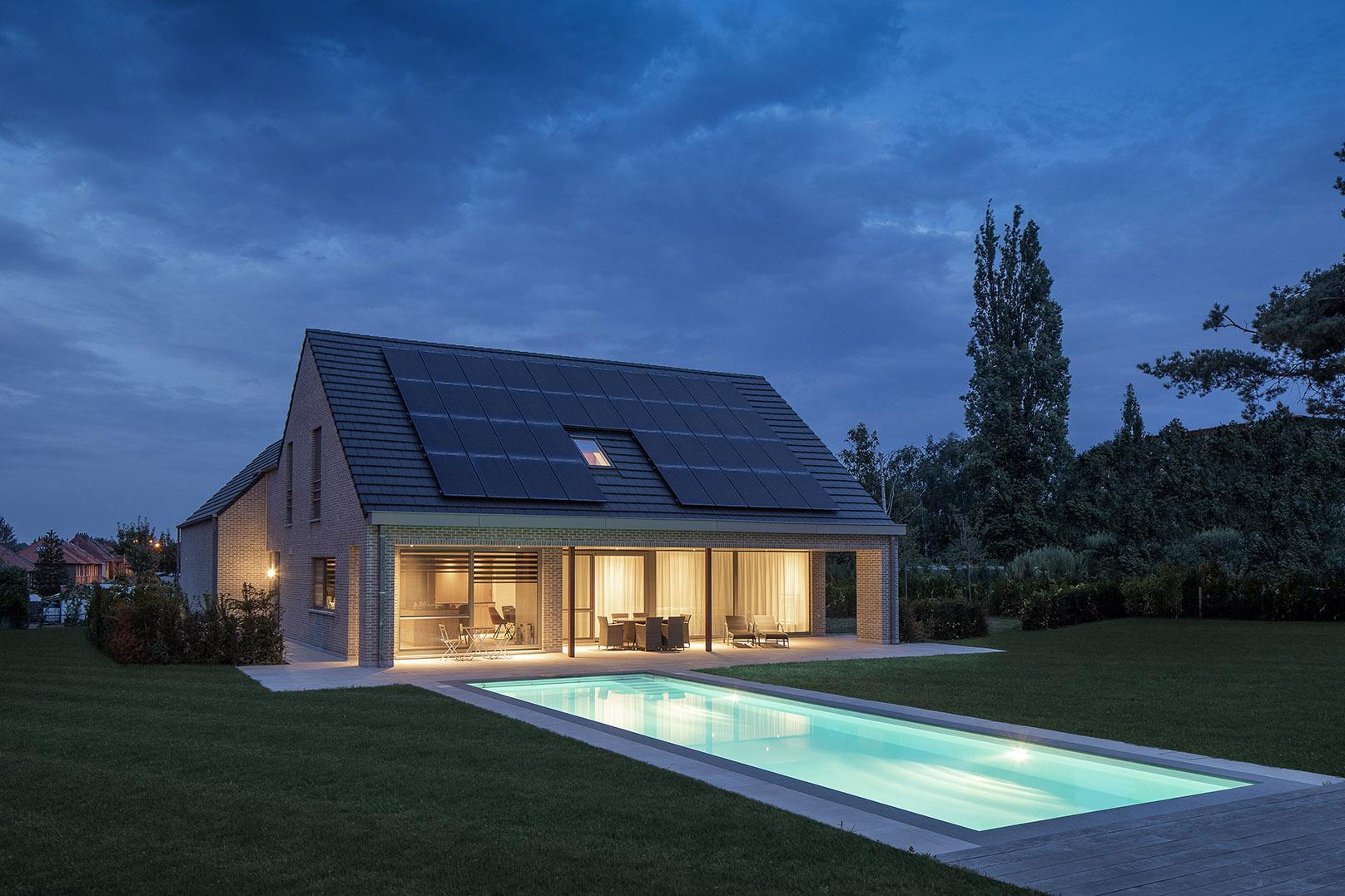 De woning is voorzien van een ingebouwd zwembad en een extra doucheruimte op het gelijkvloerS.
