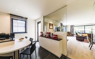 de keuken is afsluitbaar, maar door te werken met glas, vormen de ruimtes één geheel