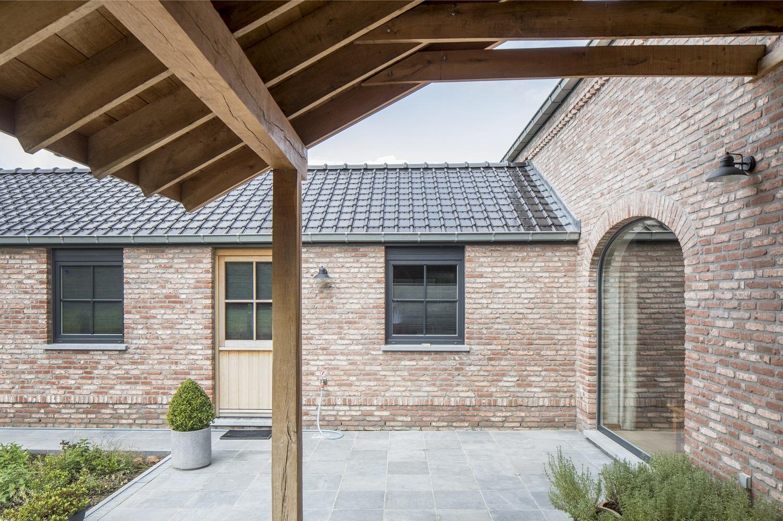 doorlopend dak afgewerkt met houten balken LR