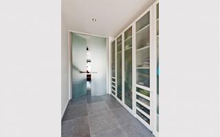 Glazen binnendeur in hedendaagse woning