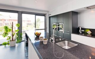 Granieten werkblad in hedendaagse keuken