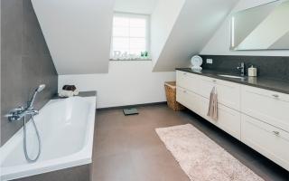 Badkamer met ligbad in pastoriewoning
