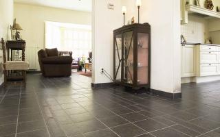 Natuurstenen vloer in klassieke woning