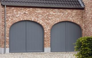 Dubbele garagepoort voor klassieke woning