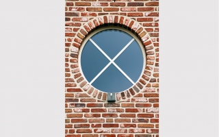 Rond raam met arduinen kussentje in klassieke woning