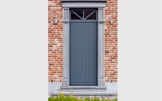 Klassieke voordeur met verticale belijningen